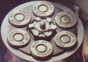 Шестизарядная обойма с патронами .45 АСР в барабане револьвера.