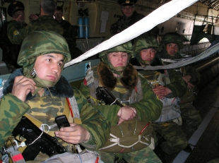 бойцы в бронешлемах