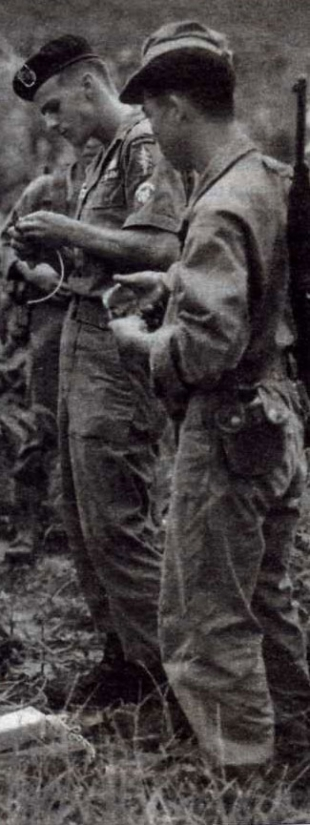 Инструктор группы специального назначения США обучает юновьетнамских бойцов 1967 г.
