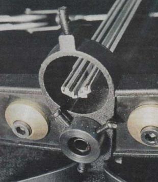 Мушка арбалета и нововведение - направляющие для стрелы с зачеканнеными в пазы стальными закаленными проволоками, ниже виден лазерный прицел и расположенные под углом 120 градусов винты регулировки лцу.