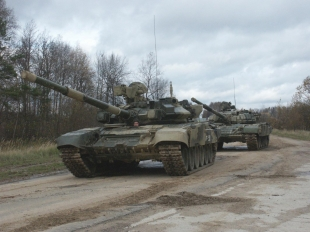 Т-90 с ДЗ «Контакт-5» (на переднем плане) и Т-72 с навесным комплексом ДЗ «Контакт» (сзади)