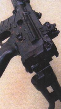 Приклад FN CAL - складывается на правую сторону ствольной коробки