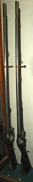 1) Фузея солдатская длинноствольная. 2) Фузея солдатская гвардейская 1727 г. со штыком.