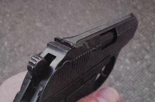 Рукоять пистолета обеспечивает надёжный хват оружия