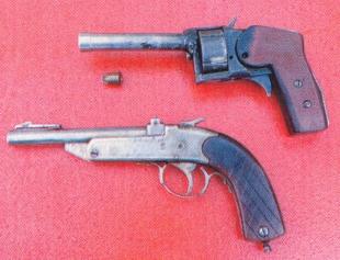 «Стволы» на витрине: вверху —донецкий револьвер, снаряжавшийся строительными патронами (они показаны рядом); внизу — однозарядный кабардино-балкарский пистолет-пулемет.
