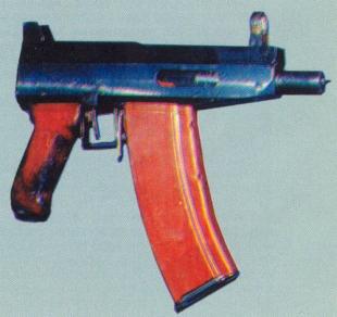 Образец изъятого милицией автоматического оружия подпольного производства — северокавказский пистолет-пулемет с магазином от АК.