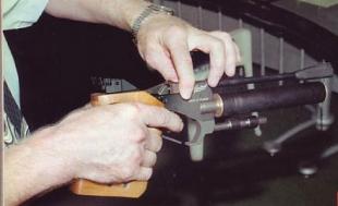 Положение элементов узла запирания ствола МР-672 при подготовке к выстрелу: 1 — исходное положение — подвижная муфта удерживает планку, прижимающую затвор к клапану и казенному срезу ствола.