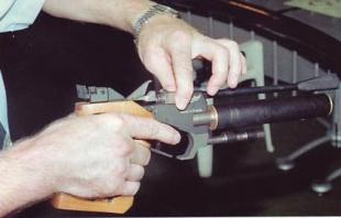 Положение элементов узла запирания ствола МР-672 при подготовке к выстрелу:  2 — прижимная планка освобождена, затвор отошел от ствола и клапана.