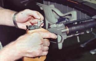 Положение элементов узла запирания ствола МР-672 при подготовке к выстрелу: 3 — прижимная планка отводится рукой в крайнее заднее положение.