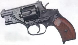 Револьвер ОЦ-38 вид слева. Над спусковым крючком расположена кнопка включения лазерного целеуказателя.