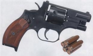Револьвер оц-38 вид справа. Рядом специальная обойма с пятью патронами.