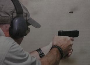 Выстрел из пистолета сопровождается громким хлопком, потому во время тренировок используются средства защиты слуха