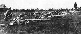солдаты, стреляющие из винтовки Мосина