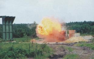 Результат попадания термобарического выстрела в штабель деревянных щиков