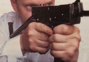 При стрельбе из этого пистолета можно использовать откидной приклад