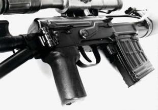 СВДС, хорошо виден складывающийся приклад, чека крышки, предохранитель, пистолетная рукоятка и стандартный магазин