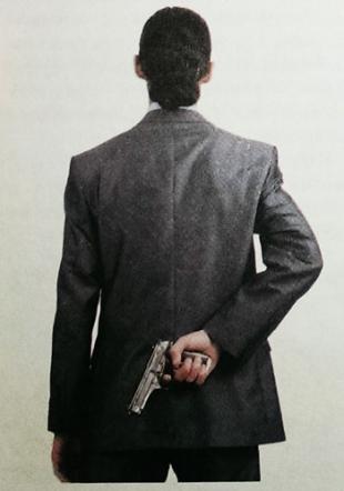 При входе в потенциально опасную зону, пистолет лучше держать наготове