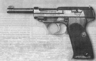 Новый шаг к Р.38 — опытный пистолет Walther АР. Главное, что их роднит, — это система запирания защелкой, вращающейся в вертикальной плоскости.