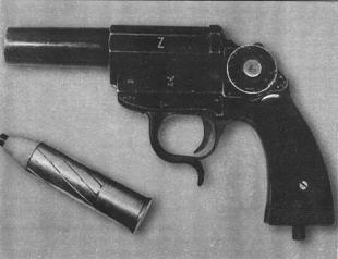 26-мм боевой пистолет KmP Z. Клеймо Z указывало, что это оружие, при внешнем сходстве с сигнальным,имело другое назначение. Оно использовалось для поражения живой силы и бронетехники противника.
