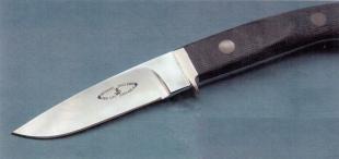 Нож Yoshi LV-100/MB. Рукоятка выпопнена из материала Micarta на льняной основе. Первоначально клинок был недоточен и имел уступ длиной 10 мм. После покупки этот выступ был устранён